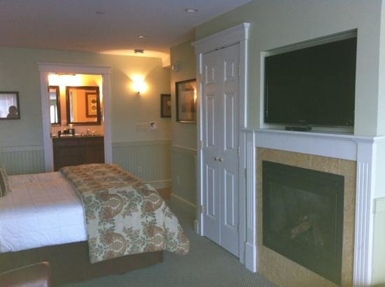 Grand Harbor Inn: king suite