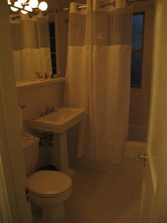 Hotel Lombardy: Room 804 bath