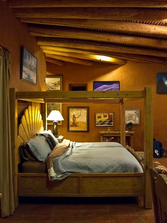 Arrow's Ridge : Wonderful art in the bedroom