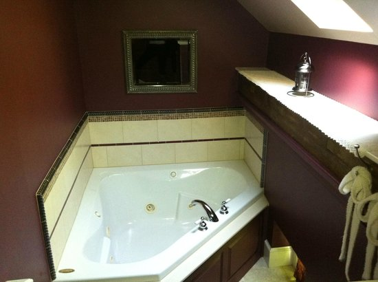 Country Patches B & B : Whirlpool bath with bath robes and lantern in Royal Suite
