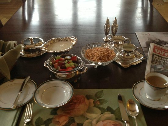 Belgravia Bed & Breakfast: Beautiful breakfast setting!