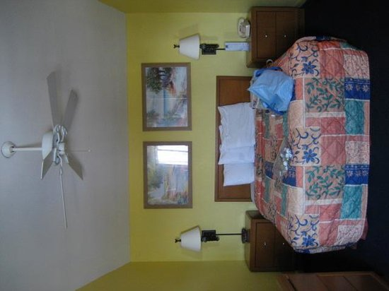 Key West Inn - Key Largo: bedroom