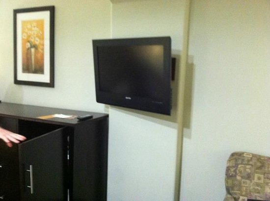 La Quinta Inn & Suites Houston - Westchase: Mounted flat screen TV
