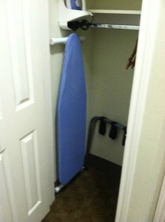 La Quinta Inn & Suites Houston - Westchase: Closet