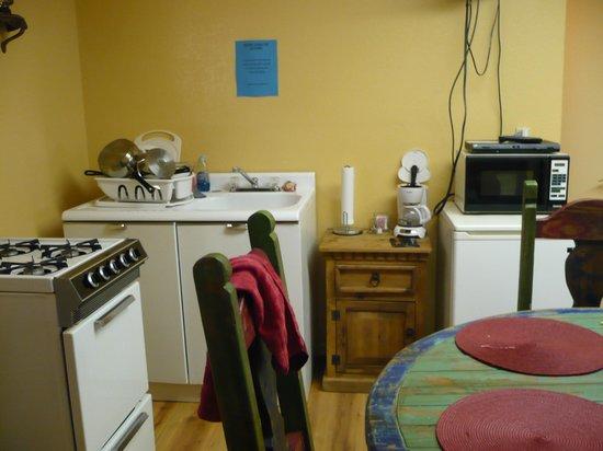 Lake Roberts Motel: Kitchen-dining section