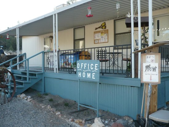 Lake Roberts Motel: Reception & home of owners