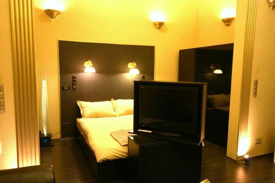 Budapest Royal Suites: Bed TV Detail