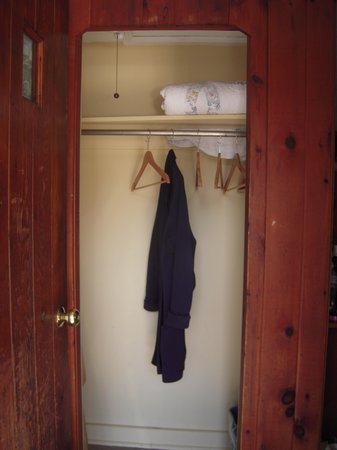 Phoenicia Lodge: closet