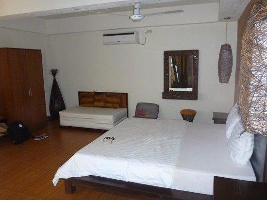 Sunset at Aninuan Beach Resort: Bedroom