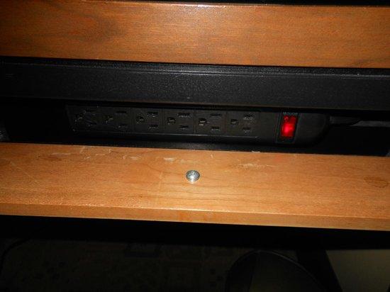 ذا كيتانو نيويورك: Power bar to charge your electronics attached to work desk.