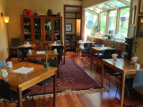 Ashland Creek Inn: Common dining area, for breakfast