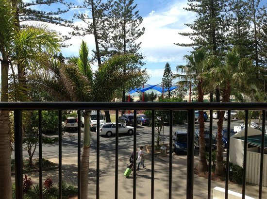 Mantra Coolangatta Beach: 1 bedroom ocean view - paid $240 per night x 4 nights -put on1st floor with tree views
