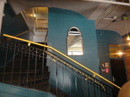 Hostelling International- San Francisco/ Downtown: Escaleras al 1er piso