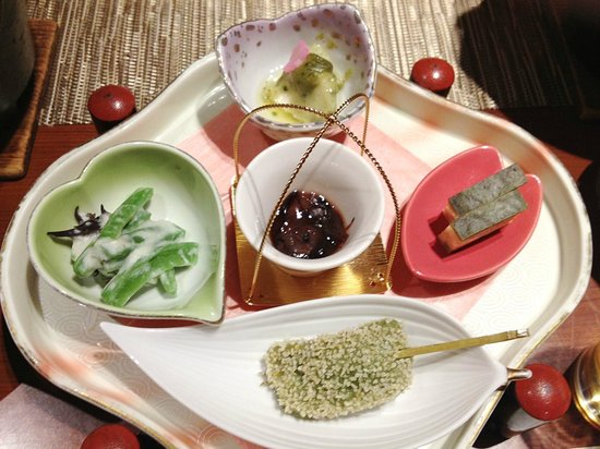 Izumiya: 前菜-手前はよもぎのお餅