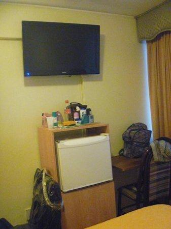 Magno Hotel: La tele y heladera de la Habitacion 403