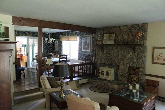 Highland House Bed & Breakfast: Living room and dining room