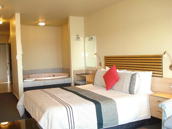 Clearwater Motor Lodge: In-room spa all units