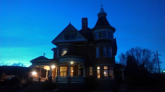 Ferris Mansion Bed and Breakfast: Ferris at Dusk