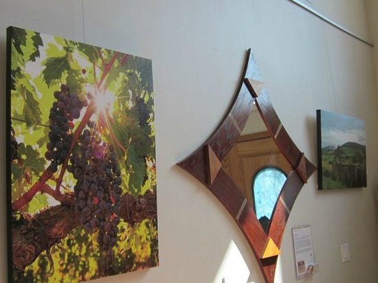The Purple Orchid Wine Country & Spa: Artwork in hallway