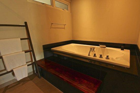 Serenity Resort & Residences Phuket : Bathroom of second bedroom