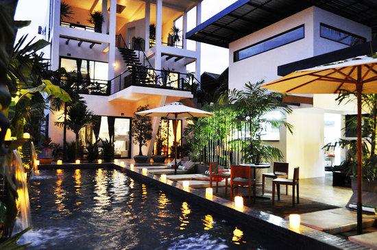 Pippeli Pensione: Hotel at dusk