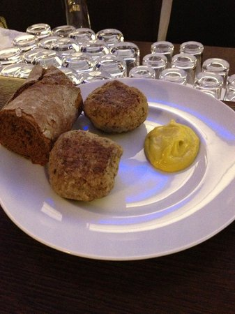 Hotel Mondial am Dom Cologne MGallery by Sofitel: cold meatballs at the bar at 11 30pm.