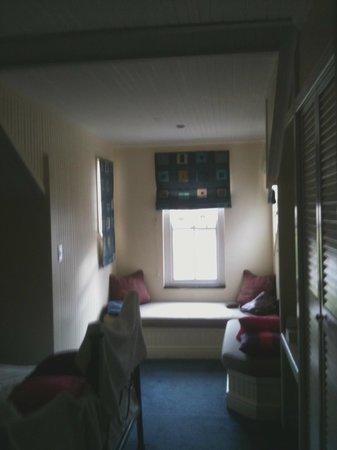 Wayside Inn: bay window in our room