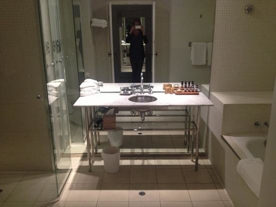 Pier One Sydney Harbour, Autograph Collection: deluxe waterfront bathroom