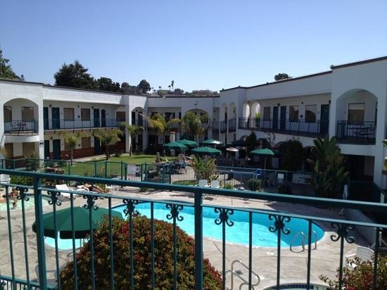 Oxford Suites Pismo Beach: pool area and main guest patio
