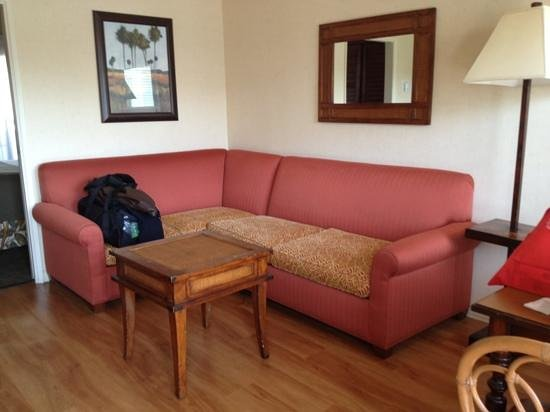 Oxford Suites Pismo Beach: sofa area