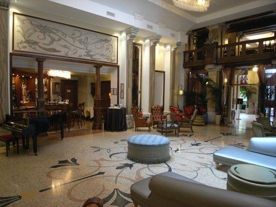 Grand Hotel Savoia: Bar area
