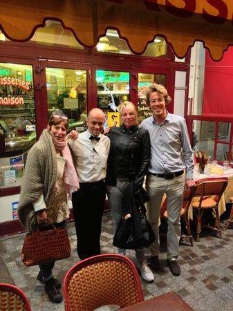 LES VAPEURS : 2 clientes satisfaites, entourant Denis, a droite Jérôme, le Patron.