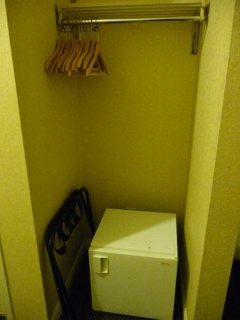 """Garden Suites Hotel & Resort: """"Closet"""" without door"""