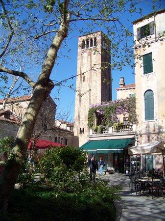 Chiesa di San Giacomo dell'Orio : vue de la place