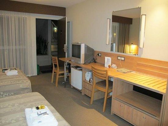 كينجزجيت هوتل أوتولودج بايهيا: Small table, work space, TV, fridge.