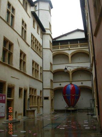 Musée d'Histoire de Lyon : Cours de l'hôtel Gadagne.