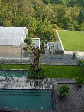 Padma Hotel Bandung: center pool
