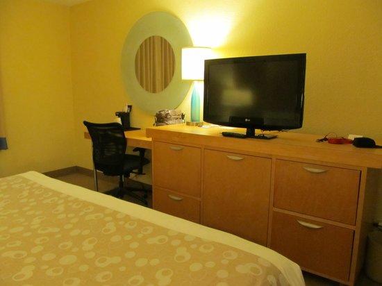 La Quinta Inn & Suites Myrtle Beach at 48th Avenue: Desk area in room