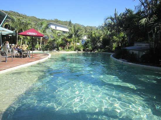 Mobys Beachside Retreat : The lovely pool/spa with restaurant