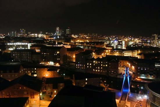 Jurys Inn Leeds: Room view by night