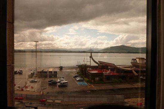 Hotel Bahia Santander: La baie,depuis une des 3 fenêtres, vue sur les Picos au loin.