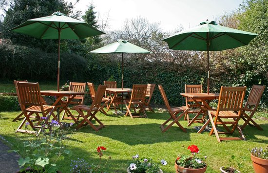 Moore's Restaurant: pretty cottage garden