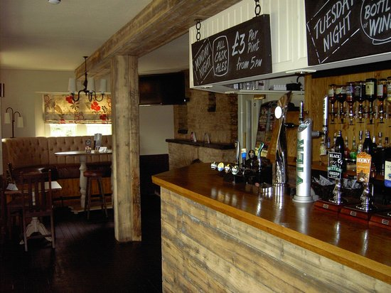 Sturdy's Castle Country Inn: Bar with real ale pumps
