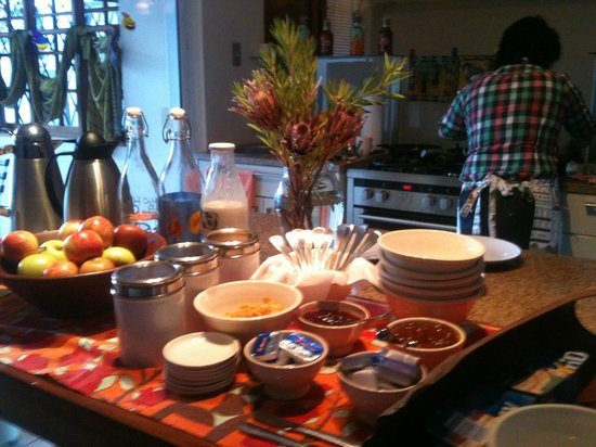 The Stables Lodge: breakfast serve from island table
