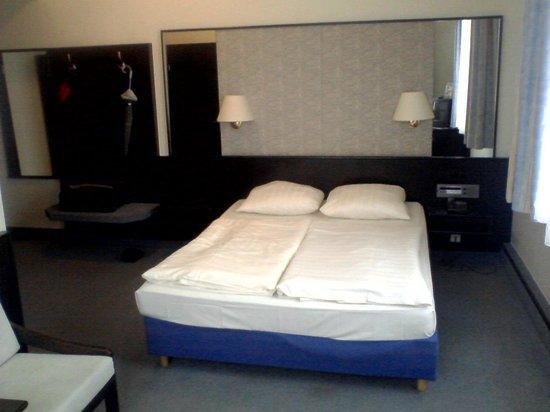 Mainzer Hof Hotel: Bett mit Gepäckablage