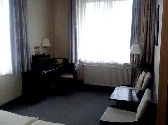 Mainzer Hof Hotel: Zimmer mit Fenster zum Rhein