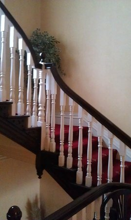 Countrywide Inns - The Greville Arms: Stairway to rooms