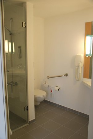 Ibis Istanbul City West Hotel: good-sized bathroom