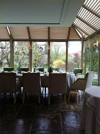 L'Esperance : Large windows bathe the dinning areas in sunlight.