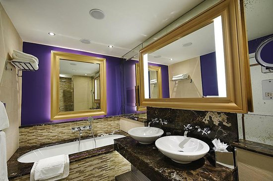 Grosvenor Pulford Hotel & Spa: Fab bathroom inc built in TV!